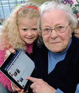 Bà Lillian bên cô chắt và chiếc iPad. Ảnh: The Sun.