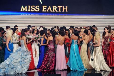 Các thí sinh Miss Earth vây đông trên sân khấu để chúc mừng tân hoa hậu Nicole Faria. Ảnh: Hoàng Hà