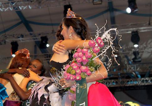 Khoảnh khắc Diễm Hương (trái) ôm chầm chia sẻ niềm vui với người đẹp Thái Lan trên sân khấu đêm chung kết khi người đẹp Thái đoạt giải Miss Earth Water. Ảnh: T.T.