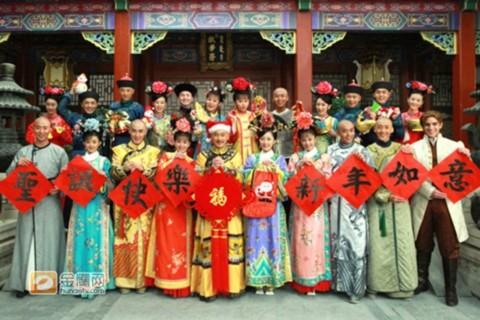 Dàn diễn viên hùng hậu của 'Tân Hoàn Châu Cách Cách' cùng xuất hiện trong bộ ảnh đón chào năm mới.