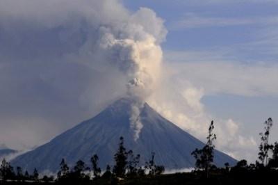 """Ecuador sơ tán dân vì núi """"Họng lửa"""" phun trào"""
