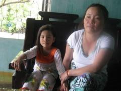 Gặp vợ trẻ của hai chủ tàu dạt biển Philippines