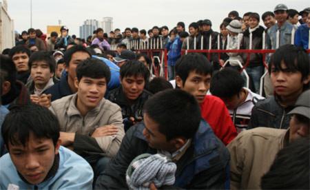 Hàng trăm nghìn khán giả đội mưa chờ mua vé bán kết AFF