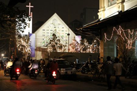 Hàng vạn người chen chân đến nhà thờ đón Noel