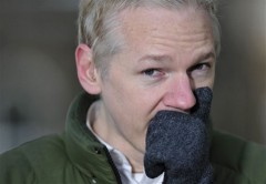 Julian Assange bị gãy răng vì cơm tù