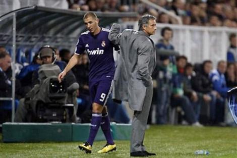 Tiền đạo Benzema và Mourinho.