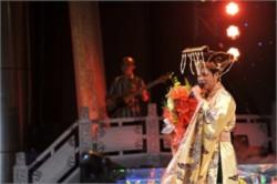 Ngọc Sơn làm vua vui đùa bên cung nữ