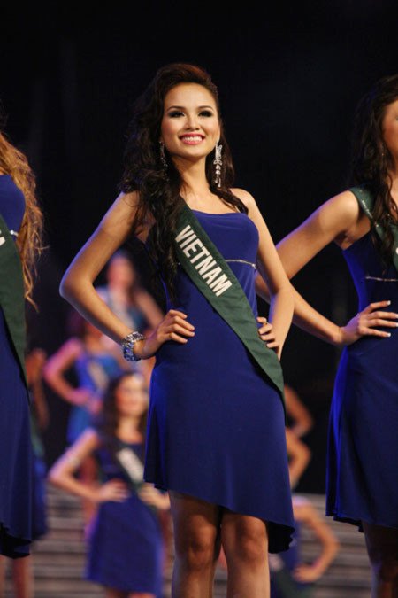 Diễm Hương lọt vào top 14 Hoa hậu Trái Đất 2010 (trực tiếp)