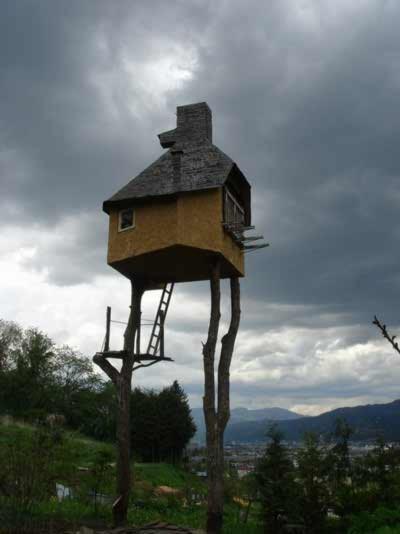 Những ngôi nhà lơ lửng trên cây, Phi thường - kỳ quặc,