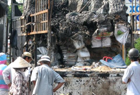 Hàng hóa trên xe tải bị cháy rụi./.Ảnh: Thiên Phước