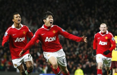 Park Ji-sung giúp MU đánh bại Arsenal, tái chiếm ngôi đầu