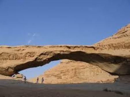 Các nhà khoa học phát hiện một vật thể giống hệt một cây cầu bằng đá trên sao Hỏa. Ảnh minh họa.