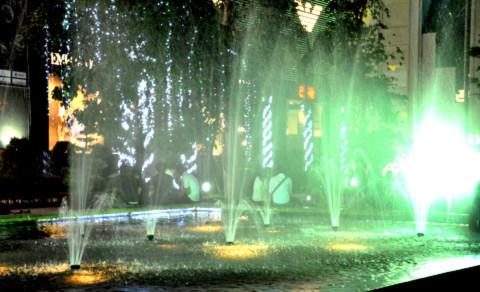 Các bạn trẻ tâm sự dưới ành đèn lung linh của đài phun nước.