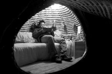 Dai đọc sách trên giường trong ngôi nhà độc đáo. Ảnh: