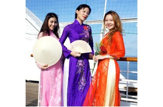 Thiếu nữ Đông Nam Á khoe sắc với áo dài Việt