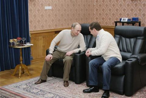 Tổng thống, thủ tướng Nga cùng chơi bi-a