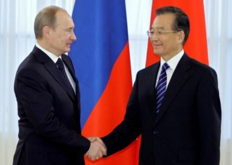 Thủ tướng Trung Quốc Ôn Gia Bảo bắt tay Thủ tướng Vladimir Putin khi ông Ôn Gia Bảo đến St. Peterburg. Ảnh: AFP