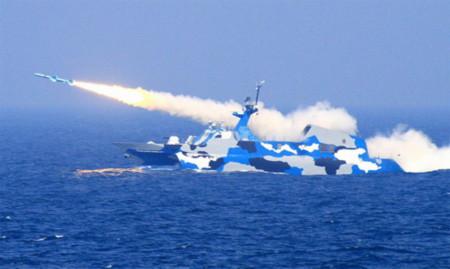 Tàu chiến Trung Quốc bắn tên lửa trong một cuộc tập trận ở biển Hoa Đông đầu năm nay. Ảnh: Xinhua.