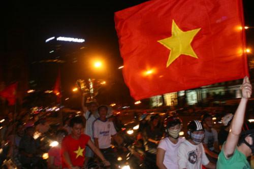 Đường phố tưng bừng sau chiến thắng của ĐT Việt Nam
