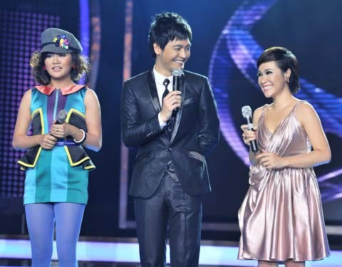 Mai Hương (trái) và Uyên Linh chia sẻ cảm xúc của mình trước khu MC Phan Anh (giữa) công bố kết quả.