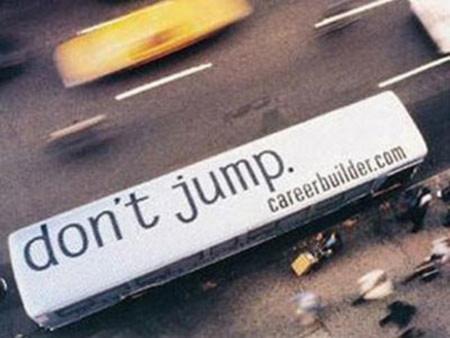 """Nếu bạn cảm thấy quá tải vì công việc và nhìn ra ngoài cửa sổ, bạn sẽ thấy quảng cáo của website tìm việc careerbuilder.com: """" Đừng nhảy, hãy ghé thăm careerbuilder.com"""""""
