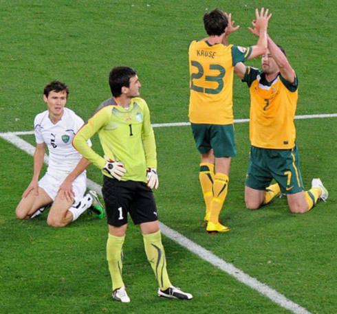Sự khác biệt đẳng cấp cùng những lợi thế khách quan giúp Australia làm nên trận thắng đậm nhất từ đầu giải trước Uzbekistan (áo trắng). Ảnh: AFP.