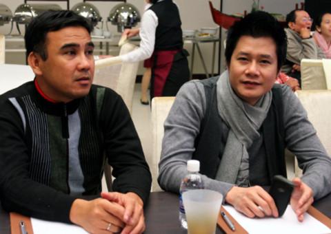 Quyền Linh và Quang Dũng thân mật trò chuyện. Quang Dũng được đồng nghiệp miêu tả trong mục đoán người là: