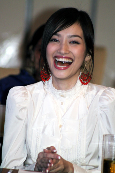 Trương Tri Trúc Diễm cười sảng khoái khi tham gia trò chơi.