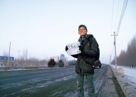 Chàng sinh viên đi bộ 13 ngày về quê ăn Tết