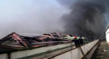 Cháy rụi 10.000 m2 công ty sản xuất nón bảo hiểm