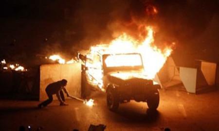 Người biểu tình đốt xe tại thủ đô Cairo hôm 28/1. Ảnh: AP.