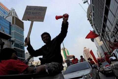 Người biểu tình áo đỏ trên đường phố Bangkok hôm 23/1. Ảnh: AFP