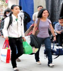 Chuyến xe nghĩa tình đưa sinh viên nghèo về quê ăn Tết