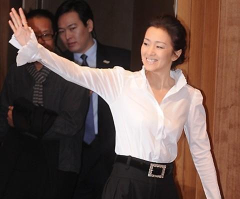 Củng Lợi vẫy chào khi ra mắt báo giới Hàn hôm 24/1.