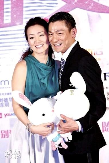Củng Lợi, Lưu Đức Hoa chụp ảnh với hai chú thỏ bông mừng năm thỏ.