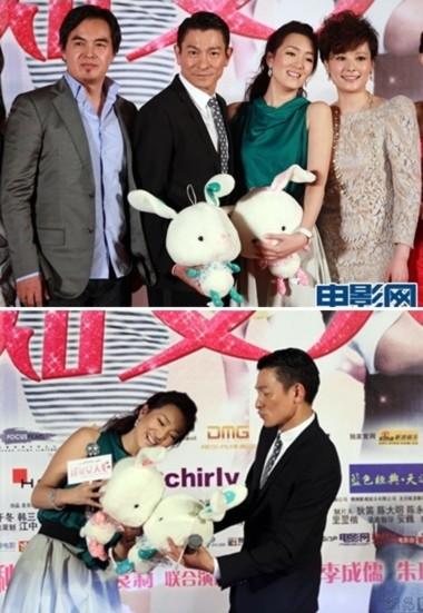 (Ảnh trên) Đạo diễn Trần Đại Minh và 3 ngôi sao Lưu Đức Hoa, Củng Lợi, Viên Lập. (Ảnh dưới) Củng Lợi vui đùa với Lưu Đức Hoa trong buổi ra mắt.