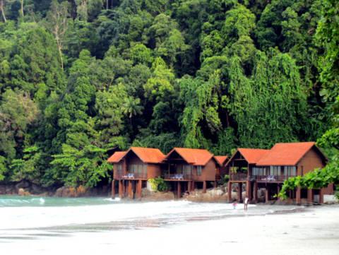 Những ngôi nhà nằm bên bãi biển thanh bình.