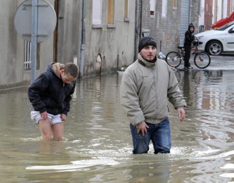 Giá rét, lụt lội khắp thế giới