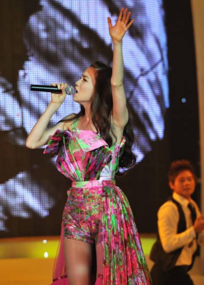 Hồ Ngọc Hà xuất hiện mở màn với trang phục váy hoa rực rỡ trong ca khúc