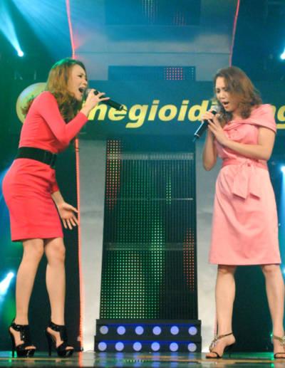 Hồ Quỳnh Hương và chị gái Hồ Quỳnh Tâm (phải) cùng song ca. Ảnh: ST