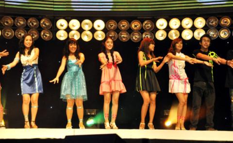 Các hot vteen trẻ trung thể hiện trên sân khấu.