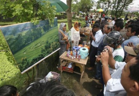 Indonesia xôn xao vì vòng tròn bí ẩn xuất hiện giữa cánh đồng