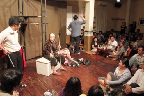Khán giả ngồi bệt trên sàn để thưởng thức vở kịch nói được dàn dựng chuyên nghiệp từ dàn diễn viên trẻ của sân khấu TP HCM. Ảnh: Thoại Hà