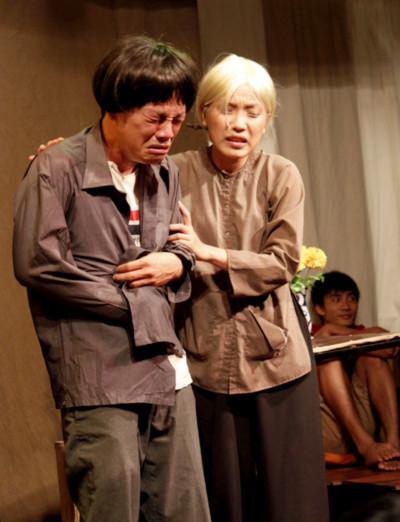 Diễn viên Quốc Thịnh (trái) trong vai thằng Mèo ăn trộm và diễn viên Tuyết Mai trong vai bà già mù mang đến nhiều cung bậc cảm xúc khác nhau cho vở diễn. Ảnh: Thoại Hà