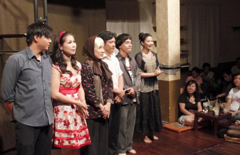 Thiên Kim (đứng, bên phải) là cô chủ trẻ của quán cà phê kịch 'Bệt'. Thiên Kim giới thiệu dàn diễn viên với khán giả sau khi vở diễn kết thúc. Ảnh: Thoại Hà