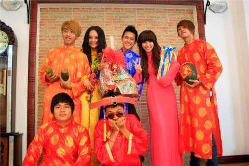 Khổng Tú Quỳnh xinh tươi trong tà áo dài đón năm mới