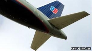 Máy bay hạ cánh khẩn cấp vì cà phê đổ