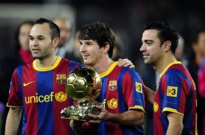 Iniesta, Messi và Xavi, ba cầu thủ hay nhất năm 2010, khoe Quả bóng vàng FIFA với người hâm mộ.