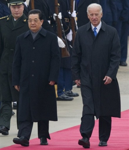 Phó tổng thống Mỹ Joe Biden đón Chủ tịch Trung Quốc Hồ Cẩm Đào. Ảnh: AFP.