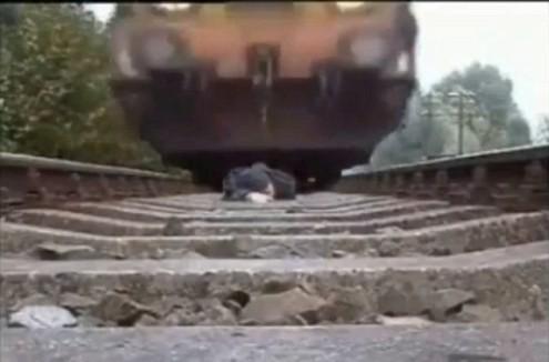 Nằm trên đường ray cho tàu hỏa chạy qua để... biểu diễn - Tin180.com (Ảnh 2)